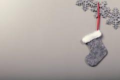 Kerstmissok het hangen op schone achtergrond Stock Afbeeldingen