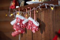 Kerstmissokken en de winter gebreide vuisthandschoenen Met Sneeuwvlok en Hartmotieven stock foto