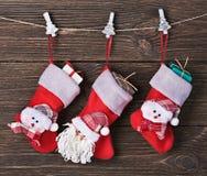 Kerstmissokken met giften het hangen Royalty-vrije Stock Foto's