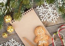 Kerstmisspar, decor en lege blocnote op houten raadsrug Stock Foto