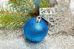 Kerstmisspar en decoratie Stock Afbeeldingen