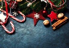 Kerstmisspar met decoratie op donkere raad - Kerstmisauto Stock Afbeeldingen