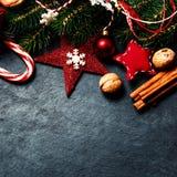 Kerstmisspar met decoratie op donkere raad - Kerstmisauto Royalty-vrije Stock Foto's