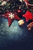 Kerstmisspar met decoratie op donkere raad - Kerstmisauto Royalty-vrije Stock Fotografie