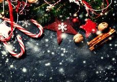 Kerstmisspar met decoratie op donkere raad in uitstekend s Stock Fotografie