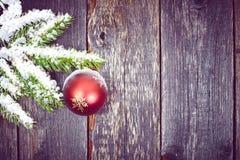 Kerstmisspar met decoratie op een houten raad stock afbeeldingen
