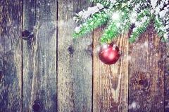 Kerstmisspar met decoratie op een houten raad stock foto