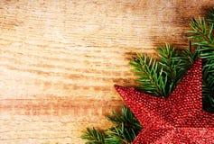 Kerstmisspar met decoratie op houten raad. Wijnoogst fram Royalty-vrije Stock Foto