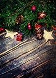 Kerstmisspar met feestelijke decoratie - Vrolijke Kerstmis en Stock Foto's