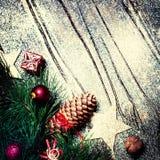 Kerstmisspar op donkere houten raad met feestelijke decoratio Royalty-vrije Stock Foto's