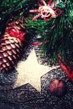 Kerstmisspar op donkere houten raad met feestelijke decoratio Royalty-vrije Stock Afbeelding