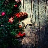 Kerstmisspar op donkere houten raad met feestelijke decoratio Royalty-vrije Stock Afbeeldingen