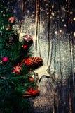 Kerstmisspar op donkere houten raad met feestelijke decoratio Stock Foto's