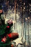 Kerstmisspar op donkere houten raad met feestelijke decoratio Stock Foto