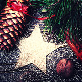 Kerstmisspar op donkere houten raad met feestelijke decoratio Royalty-vrije Stock Foto
