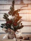 Kerstmisspar op houten achtergrond met licht in stervorm voor het ontwerp van een nieuwe jaarprentbriefkaar De ruimte van het glo Royalty-vrije Stock Afbeeldingen