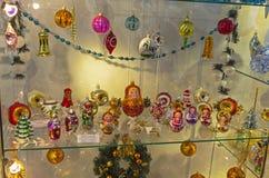 Kerstmisspeelgoed in de vorm van poppen Stock Afbeelding