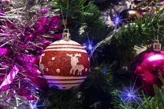 Kerstmisspeelgoed in de vorm van rode bal met herten Stock Foto