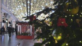 Kerstmisspeelgoed die op de boom hangen De stad is verfraaid voor de vakantie Gekleurde slinger stock video