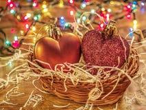 Kerstmisspeelgoed in een mand Stock Afbeeldingen