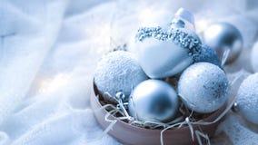 Kerstmisspeelgoed en ballen om de sjaal te breien Decoratie op holid Stock Foto's