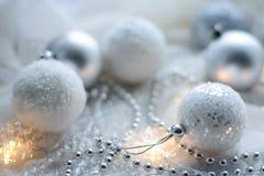Kerstmisspeelgoed en ballen om de sjaal te breien Decoratie op holid Royalty-vrije Stock Afbeeldingen