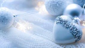 Kerstmisspeelgoed en ballen om de sjaal te breien Decoratie op holid Stock Fotografie