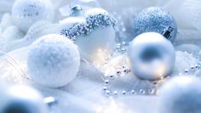 Kerstmisspeelgoed en ballen om de sjaal te breien Decoratie op holid Stock Foto