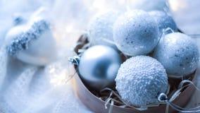 Kerstmisspeelgoed en ballen om de sjaal te breien Decoratie op holid Royalty-vrije Stock Fotografie