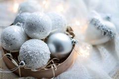 Kerstmisspeelgoed en ballen om de sjaal te breien Decoratie op holid Royalty-vrije Stock Foto
