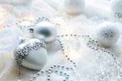 Kerstmisspeelgoed en ballen om de sjaal te breien Decoratie op holid Stock Afbeeldingen