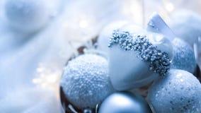 Kerstmisspeelgoed en ballen om de sjaal te breien Decoratie op holid Royalty-vrije Stock Afbeelding
