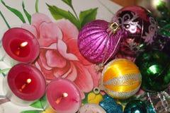 Kerstmisspeelgoed en kaarsen stock foto