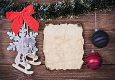 Kerstmisspeelgoed en oud Document Stock Foto