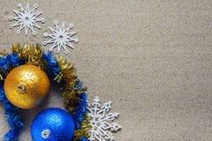 Kerstmisspeelgoed in hoogste de meningsplaats van het strandzand aan exemplaar stock fotografie