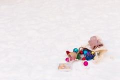 Kerstmisspeelgoed op de sneeuw wordt verspreid die Stock Foto