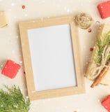 Kerstmisspot omhoog met fotokader, de vakjes van de ecogift in document en Royalty-vrije Stock Foto's