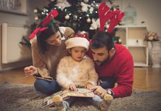 Kerstmissprookje voor hun prinses royalty-vrije stock afbeeldingen