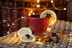 Kerstmisstemming: hete thee met citroen, kaneel en honing stock afbeelding