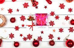 Kerstmisstemming - sneeuwvlokken, ballen en klokken op een witte backgrou stock foto's