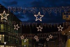 Kerstmissterren bij winkelcomplex stock fotografie