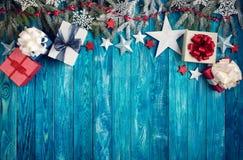 Kerstmissterren op houten achtergrond met sparrentakken Royalty-vrije Stock Fotografie