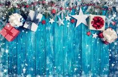 Kerstmissterren op houten achtergrond met sparrentakken Stock Afbeeldingen