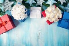 Kerstmissterren op houten achtergrond met sparrentakken Stock Foto's