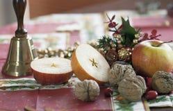 Kerstmisstilleven, klok, appelen en okkernoten Stock Fotografie