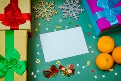 Kerstmisstilleven, mandarijnen, vakjes met giften, Kerstmisachtergrond, etiket, beeld, Kerstkaart, nieuw jaar Royalty-vrije Stock Foto's