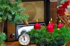 Kerstmisstilleven met Advent Wreath en Radio Stock Afbeelding
