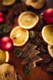 Kerstmisstilleven met fruit en kruiden Stock Foto