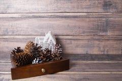 Kerstmisstilleven met kegels en een stuk speelgoed huis Royalty-vrije Stock Fotografie