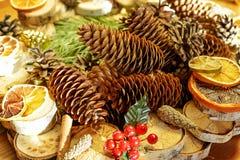 Kerstmisstilleven met kegels, oranje plakken en kaneel, Gelukkig Nieuwjaar Royalty-vrije Stock Foto's